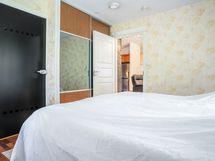 makuuhuone 1, kylpyhuoneen viereinen