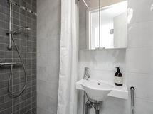 Yläkerran erillis-WC suihkulla