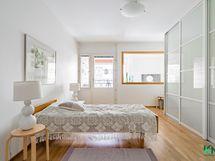 Tilava makuuhuone pihanäkymillä
