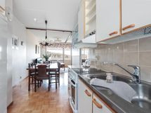 Näkymä keittiösä ruokailutilaan