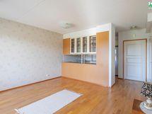 Kuva makuuhuoneen ovelta keittiöön ja eteiseen.