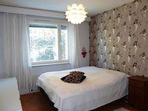 reilunkokoinen valoisa makuuhuone