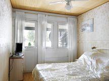 Makuuhuone josta käynti parvekkeella
