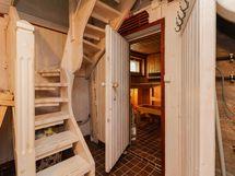 Kellarikerroksesta portaan keskikerrokseen