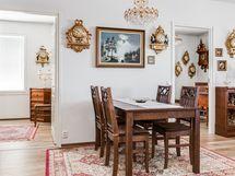 Keittiön edessä on hyvä tila ruokailuryhmälle.