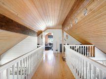 Yläkerrassa kaksi isoa tilaa makuuhuoneiksi tai harrastuksiin.