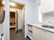Kodinhoitohuone ja käynti kylpyhuoneeseen