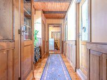 Kylpyhuone ja kodinhoitohuone käytävä kohti Pitkää eteiskäytävää