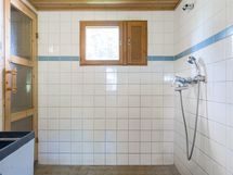 Kylpyhuoneessa, jossa suihku