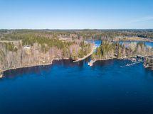 Iso yli 4 hehtaaarin tontti sijoittuu aivan Muroleen kanavan kupeeseen