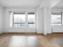 Olohuoneesta käynti suurelle, koko asunnon levyiselle lasitetulle parvekkeelle
