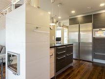 Alakerran oleskelutila keittiöineen on avaraa yhtenäistä tilaa