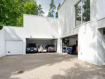 Kaksi autotallia, tilaa 4-kuudelle autolle+pyörät