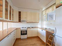 Vaaleasävyinen keittiö on suunniteltu tehokkaasti. Kaikki on käden ulottuvilla.