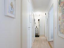 Valoisan käytävän kautta käynti makuuhuoneista suoraan pesutiloihin.