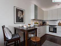 Keittiössä on hyvä kokkailla induktiokeittotasolla ja erillisuunilla. Integroitu tiskikone auttaa arjessa ja näyttää siistiltä kun keittiö on yhtä tilaa oleskelun kanssa.