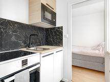 Huoneiston keittiö on uusittu tyylikkäästi