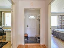 Makuuhuoneet varjoisalla puolella kahta puolen sisäänkäynnin