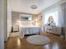 Makuuhuoneet sijaitsevat alakerrassa