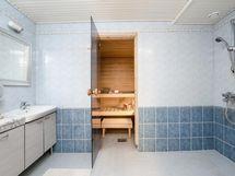Kylpyhuone- ja saunatilat alimmassa kerroksessa