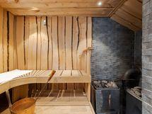 Tyylikkäässä saunassa sähkö- ja puukiuas