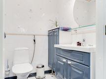 Pääkerroksen erillis WC.