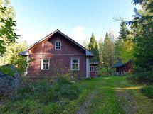 Päärakennus 128 m2 päältä puuverhoiltu, sisällä hirsipinnat