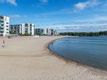 Aurinkolahden upea hiekkaranta sijaitsee muutaman  minuutin kävelymatkan päässä