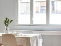 Suuret ikkunat keittiössä