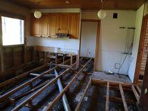 lattia avattu keittiöstä....