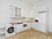 Ikkunallinen keittiö, tällä hetkellä pesukoneliitäntä