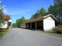 Päärakennus ja autokatos/varasto