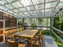 ylämökin katettu n. 20 m2 terassi, vas.olevasta ovesta kulku erilliseen keittiöön/ ruokailutilaan
