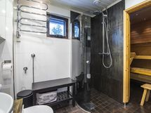 Tyylikkäästi remontoidusta kylpyhuoneesta löytyy mm. sadesuihku