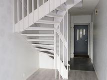olohuoneen sunnasta portaikko ja eteinen