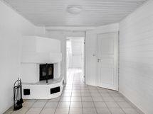 Takkahuoneesta käynti kodinhoitohuoneeseen ja kylpyhuoneeseen