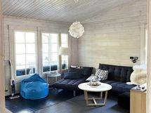 Olohuoneessa on hyvin tilaa ja korotettu sisäkatto luo väljyyttä.