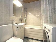 Kylpyhuoneessa on peili- ja allaskaappi.