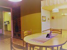 näkymä työhuoneesta olohuoneeseen ja eteiseen