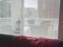 Olohuoneesta ikkuna parvekkeelle