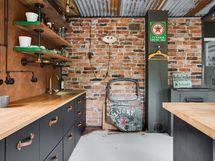 Keittiön seinäpintoja koristaa tiiliseinä ja efektimaali