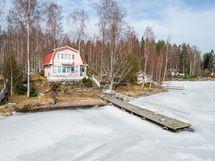 Isompi laituri talon edessä, jonka vieressä syvyyttä n. 1,5 metriä