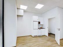 Varusteluun kuuluu minikeittiö jossa astianpesukone, jääkaappipakastin sekä mikro