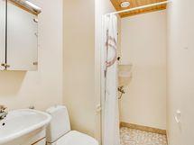 Erillinen wc ja suihkutila eteisen yhteydessä