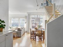 Alakerran keittiö/olohuone on avointa tilaa.