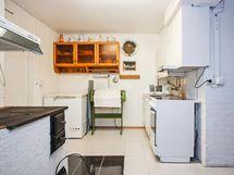 Alakerran takkahuoneesta löytyy käytännössä toinen keittiö