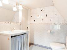 Erillinen wc yk / Övre våningens wc