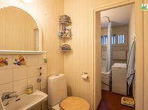 Wc ja kylpyhuone ovat lähekkäin.