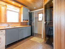 Kodinhoitotila,josta käynti saunaan, suihkuun ja erilliseen wc:hen.